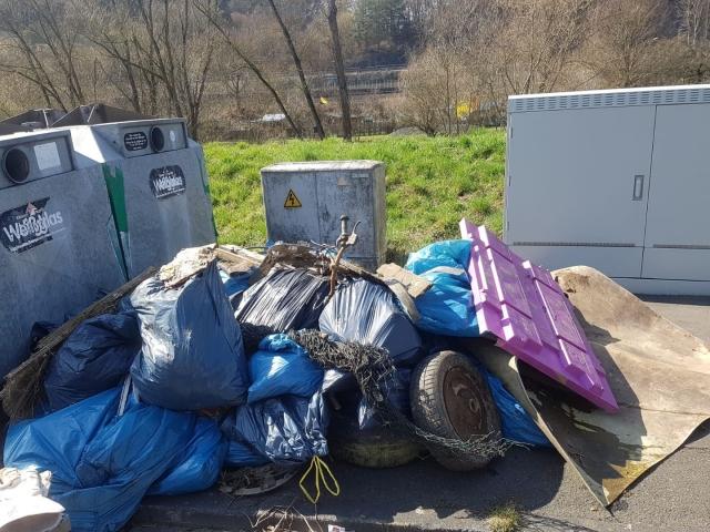 Müll-an-Sammelstelle